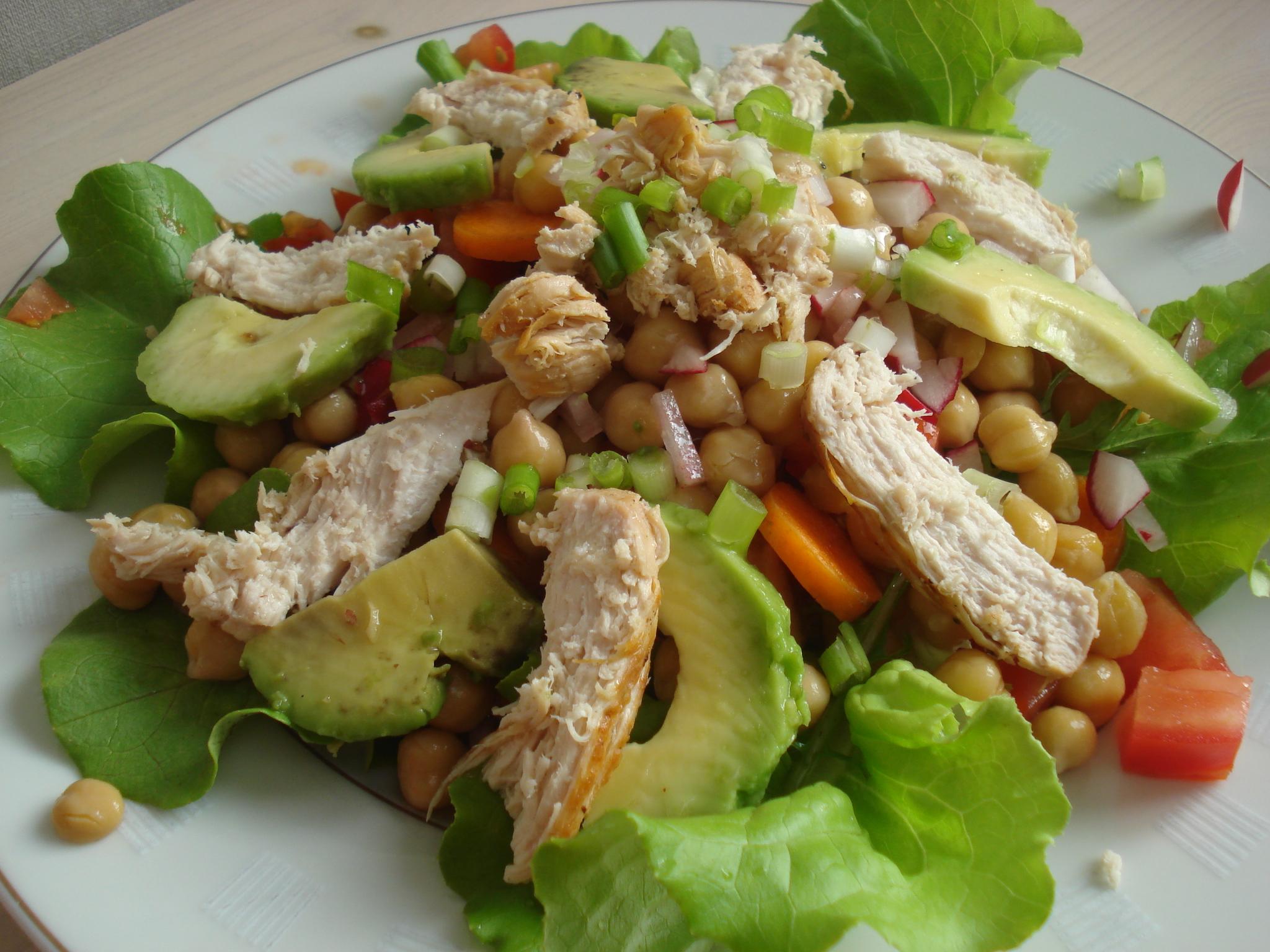 recept: heerlijke maaltijdsalade met kikkererwten, kip, avocado en