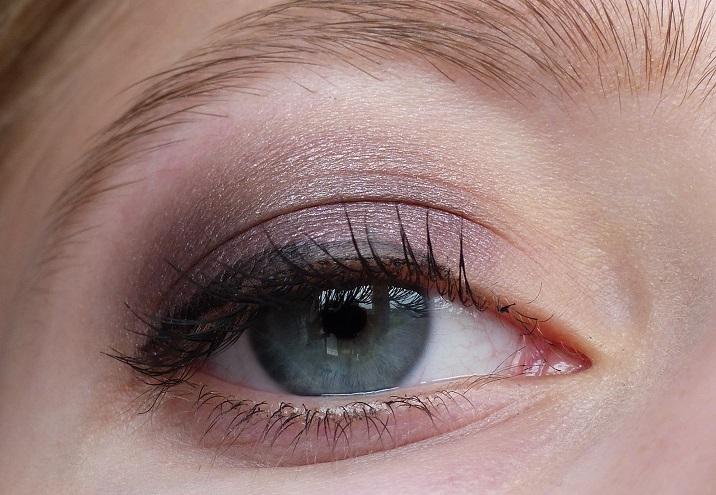 Ooglook met paarse oogschaduw