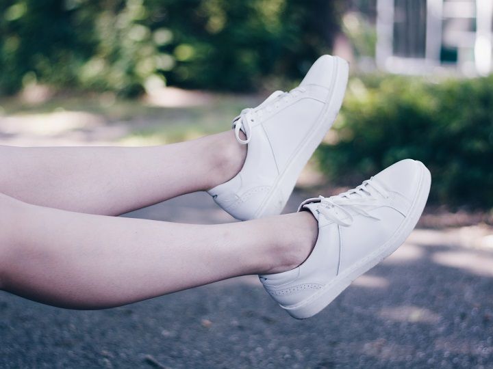 outfit witte sneakers