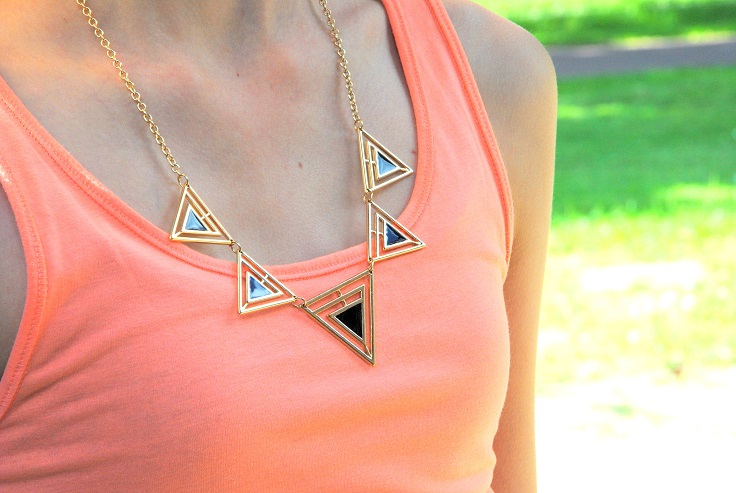 outfit geometrische ketting driehoek