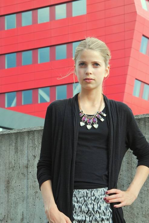 Outfit met statement necklace